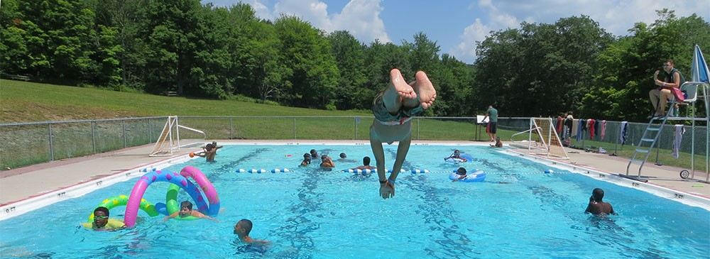 camper-diving-in-pool-at-ldbc